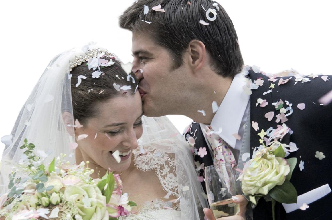 Brautpaar mit Verlobungring und Trauringe