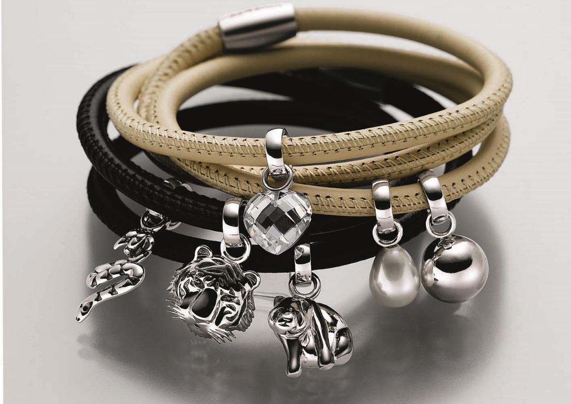 Armband aus Leder mit Silberanhänger