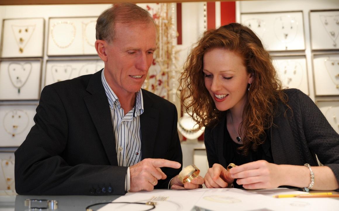 Vater und Tochter im Juwelier Geschäft