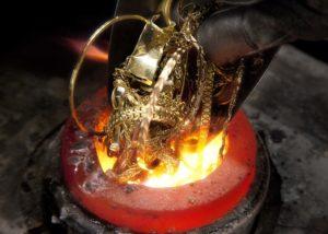 alter Goldschmuck wird eingeschmolzen