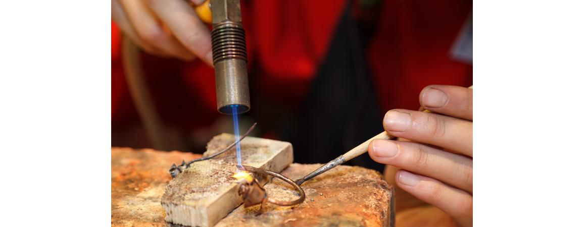 Goldschmiede beim Juwelier